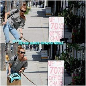 21.05.12 : Miley quitte une animalerie avec sa chienne Mary Jane , Studio City.
