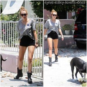 02.06.12 : Miley Promène Mary-Jane , Los Angeles .
