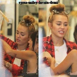 20.06.12 , Miley se promène dans Toluca Lake et fait du shopping à American Apparel , Los Angeles.