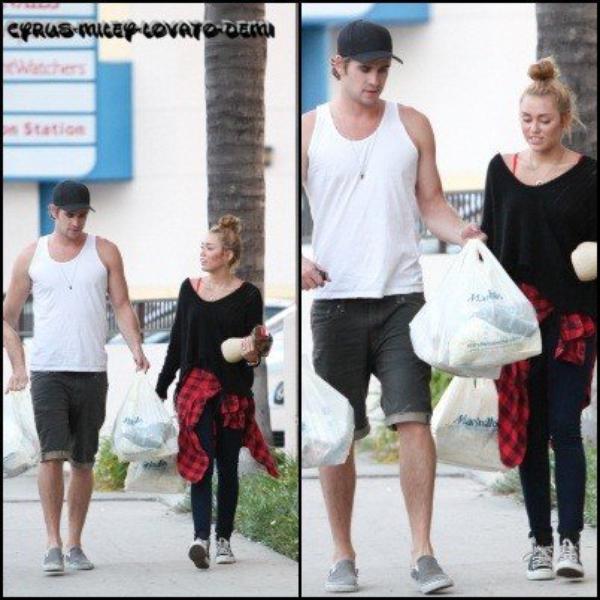 """02.07.12 , Miley et Liam font du shopping chez """" Marchalls """""""