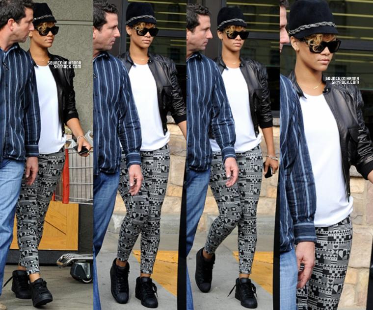 11/01/10: Rihanna quitte le Gelson's market à Los Angeles.
