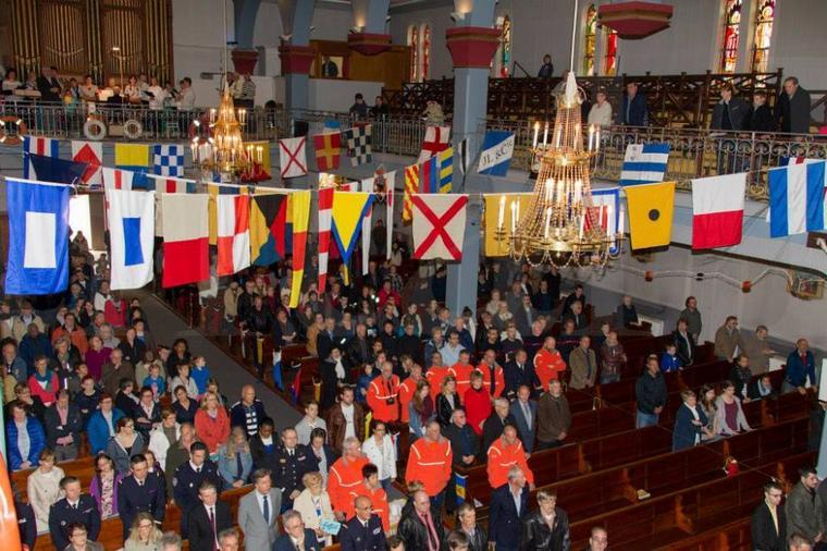 office religieuse et dépos de germes aux monuments des marins