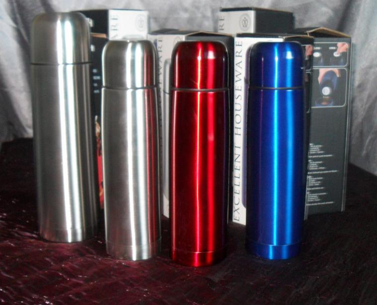bouteille isotherme inox 0,5L colorie rouge, bleu, gris a 5¤ et le 0,75L a 6¤