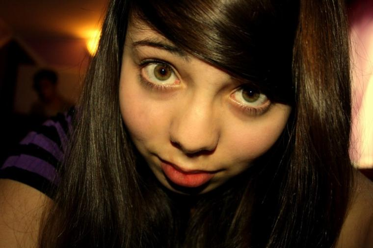 Oui, j'ai des yeux de lémurien sur cette photo. Et oui ma bouche est chelou. UN PROBLEME ? ^^