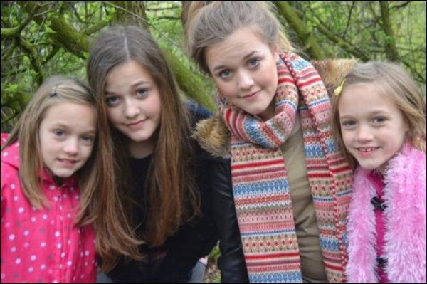 ● One Direction ;  Les soeurs jumelles de Louis  ● ღ