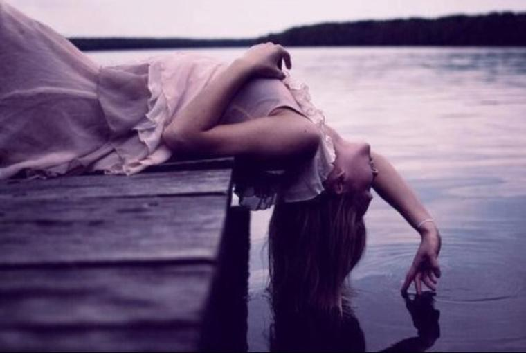 Et moi, qu'est ce que je deviens la dedans ?Je fais quoi, tu peux m'expliquer ? C'est bien toi tu t'en es remit, tu es clairement passer à autre chose mais pas moi tu vois. Moi je suis encore cette fille qui pense à toi à longueur de journée même lorsqu'elle n'en a pas envie. Oui je suis toujours cette fille que tu as connue et qu'aujourd'hui tu sais même plus qu'elle existe. Mais je suis toujours la, toujours la à t'aimer éperdument..
