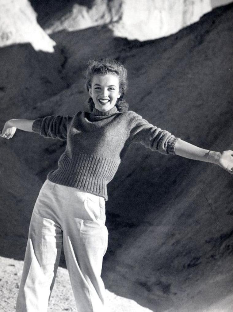 """Norma Jeane by André De DIENES 1945. (photos prisent dans le désert de """"la vallée de la mort"""" en Californie."""