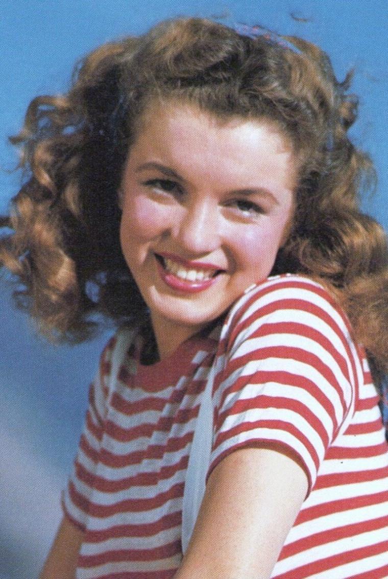 1945, session tee-shirt rayé et ballon. (De DIENES). André retrouvera Norma Jeane qui sera entre temps devenue Marilyn MONROE en 1946. On y reviendra, histoire à suivre.