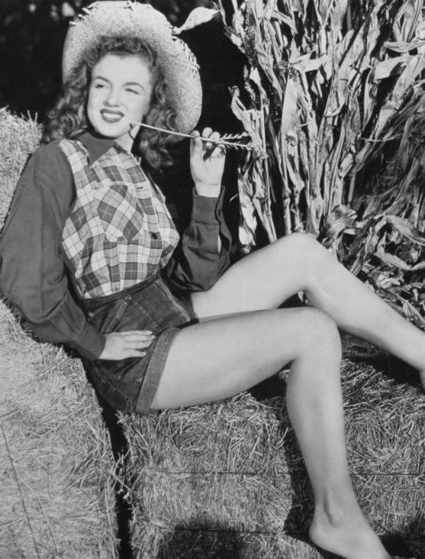 CURIOSITE : A peu près à la même époque, 1944-45, Norma Jeane aurait posé pour le photographe publicitaire Potter HUETH... N'ayant quasiment aucune information sur ce photographe, qui connaissait très bien de surcroît David CONOVER, ces clichés ne seraient pas forcément crédités par ce dernier.