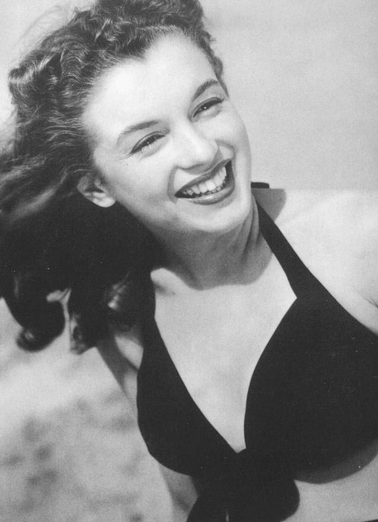 1945 aussi, Norma Jeane vue par le photographe John RANDOLPH... 1 cliché également de crédité.