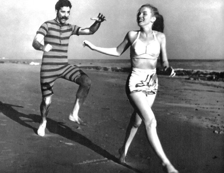 Toujours en 1946 par Joseph JASGUR, c'est sur une plage de Malibu qu'accompagnée d'une troupe de théâtre, Norma Jeane pose.