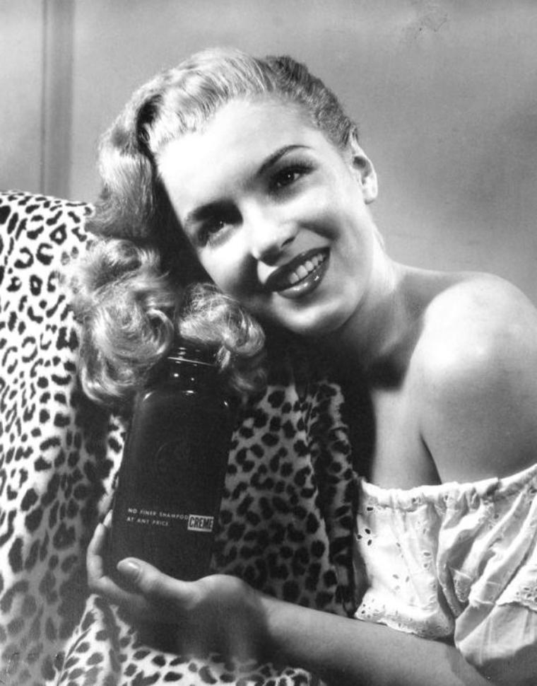 """Petit come-back à l'année 1945 : En effet c'est cette année que Norma Jeane se décolore en blonde grâce aux bons soins de la coiffeuse Sylvia BARNHART dans le salon de coiffure """"Frank and Joseph"""". C'est cette dernière qui s'occupera des différentes coiffures qu'arborera Norma Jeane pour la publicité du shampoing du même nom que le salon."""