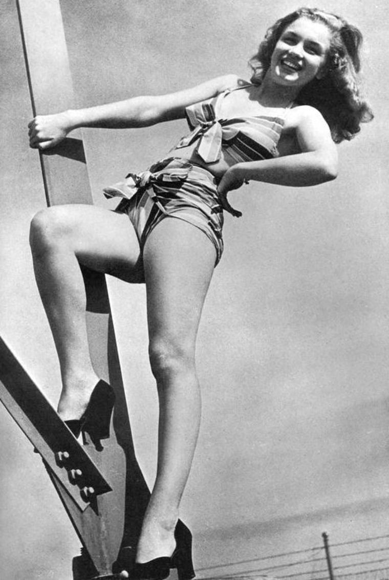 On retrouve notre Norma Jeane pour une nouvelle session photos avec Bruno BERNARD dit Bernard of Hollywood... Elle porte le bikin multicolore avec lequel elle avait posé pour Joseph JASGUR (voir article plus haut) (1946). Diplômé de psychologie en criminalité d'une université allemande, il quitta son pays avant la deuxième Guerre Mondiale. Il projetait d'aller au Brésil mais changea d'avis après avoir vu le film « San Francisco » (1936). Il se spécialisa dans les portraits glamour et de pin-ups et devint l'un des photographes de modèles les plus célèbres d'Hollywood.