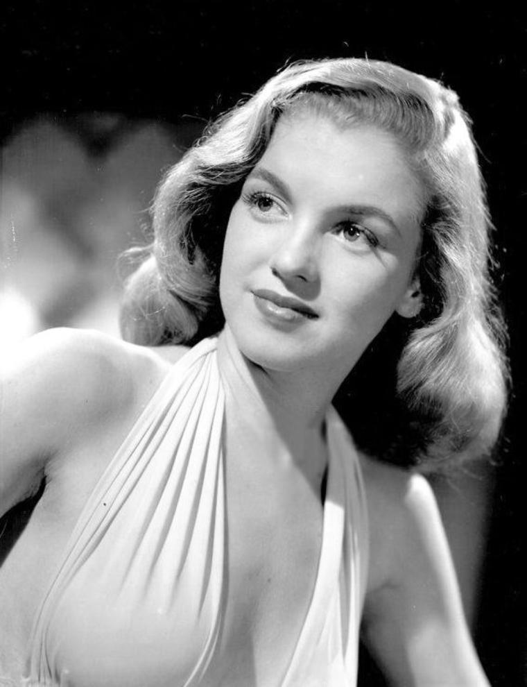 """Magnifiques clichés de Norma Jeane en 1946 pris par Erwin STEINMEYER pour le compte de l'Agence """"Blue Book Models Agency""""."""