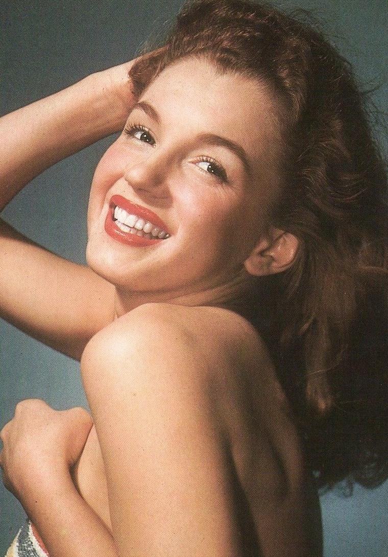 Norma Jeane devient de plus en plus populaire, multipliant les séances photos, les castings avec un nombre impressionnant déjà de covers. Marilyn MONROE n'est pas loin... Mais ça, le sait-elle déjà ? (photos Laszlo WILLINGER 1946).
