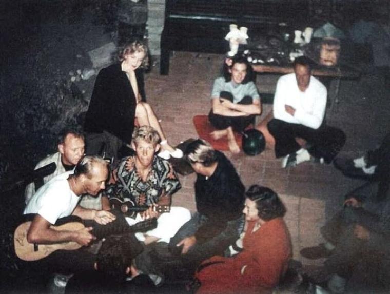 """L'année 1947 accueille une nouvelle femme, Marilyn MONROE, sûre d'elle, belle, radieuse, qui se met à sortir et à se faire voir dans les endroits les plus branchés, de New-York à Las-Vegas dans des établissements tels que le """"Mocambo"""", célèbre night-club, ou le """"Flamingo"""", hôtel fastueux... ou organise des soirées sur les plages du côté de Malibu avec ses amis surfeurs... Marilyn vit, Marilyn arrive."""