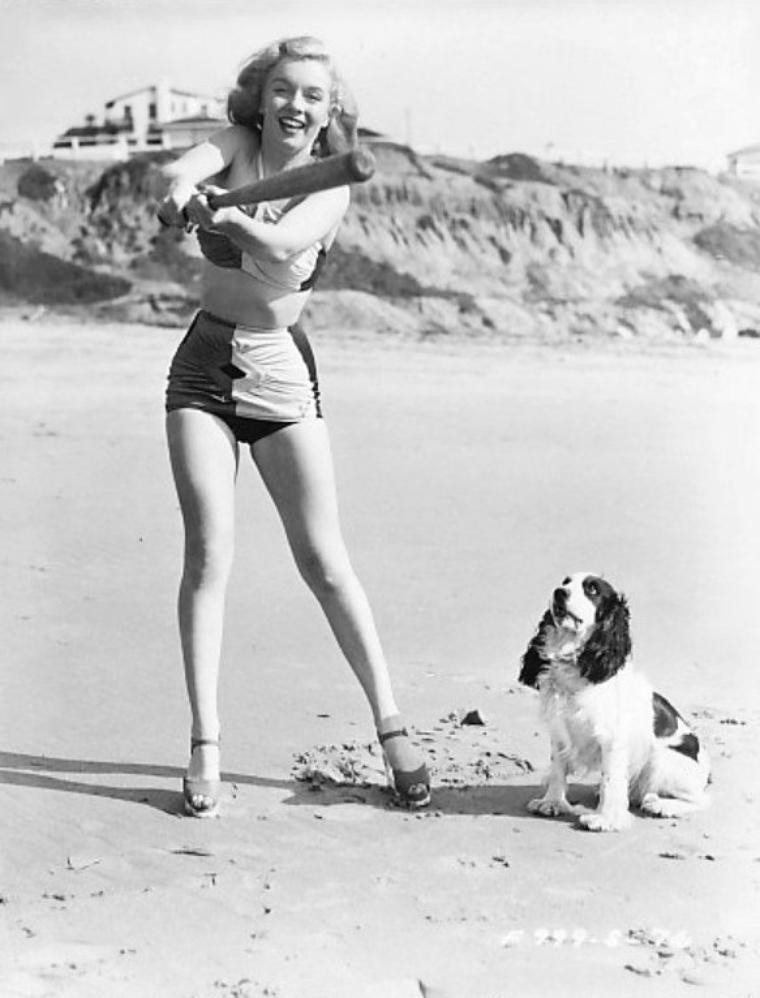 Marilyn lors d'une session publicitaire en 1947 jouant sur la plage avec son chien. (part 3).