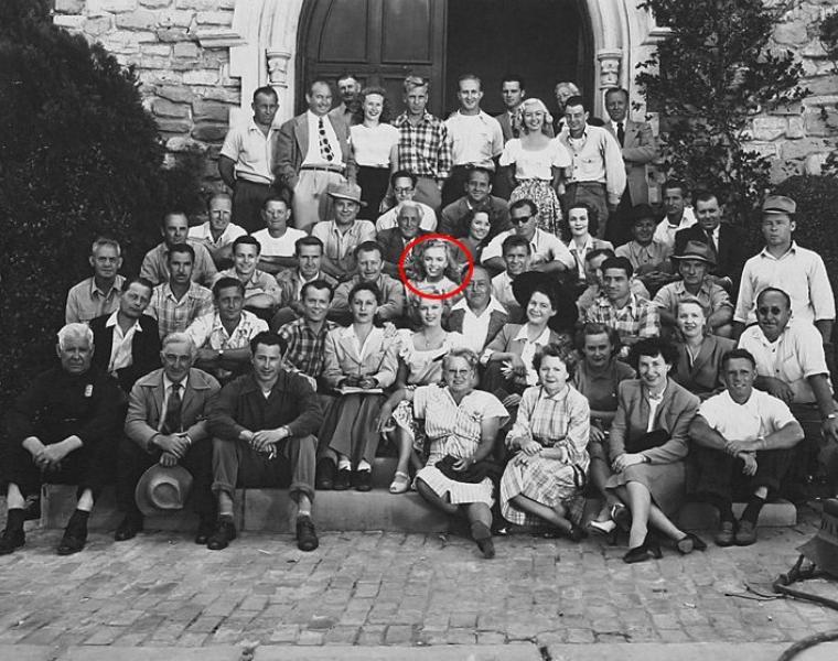 """DEBUTS au CINEMA : Le 23 juillet 1946, Marilyn signa son premier contrat de six mois qui la liait à la Fox (voir article plus haut), mais pendant toute sa durée, elle ne participa à aucun tournage. Le contrat fut cependant renouvelé pour six mois, en janvier 1947. Au mois de mars, elle tourna pendant quelques jours pour ce film, """"Scudda Hoo ! Scudda Hay !"""" en tant que figurante. Son personnage s'appelle Peggy et n'apparaît qu'à deux reprises. Dans la première, on la devine rapidement sur le perron de l'église, à l'arrière-plan de June HAVER et de Natalie WOOD (photos). On l'entend lancer un faible « Hi Rad ». Dans la seconde, elle se trouve dans un canoë en compagnie d'une autre starlette, Colleen TOWNSEND, et s'approche d'un ponton où se trouve Robert KAMES. Mais cette scène fut coupée au montage, il ne reste que la vision d'un canoë dans le lointain alors que des jeunes gens se baignent. Bien sûr, son nom n'apparut pas au générique. Le film sortit en avril 1948, soit quatre mois après son film suivant."""