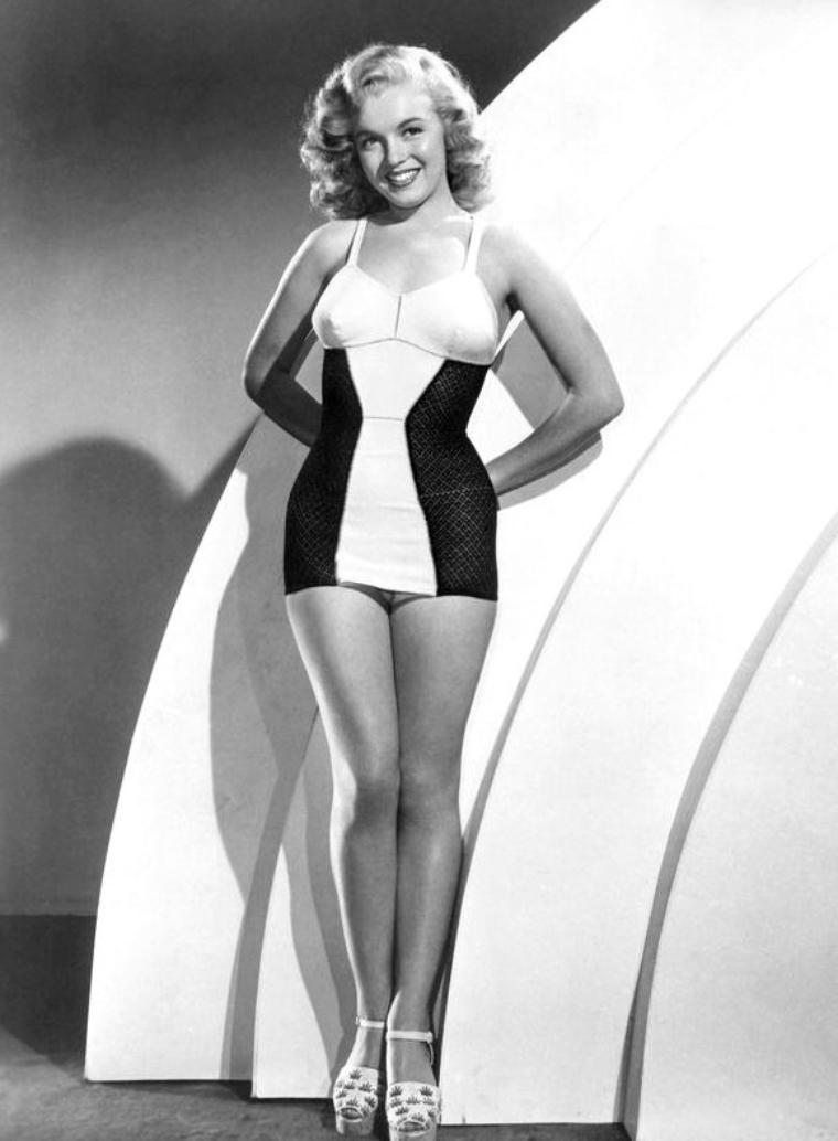 """Quand Marilyn s'essaye au golf en maillot bicolore lors d'une session photos publicitaires. Elle a comme """"professeur"""" (photo n° 5)  l'acteur Henry FONDA."""