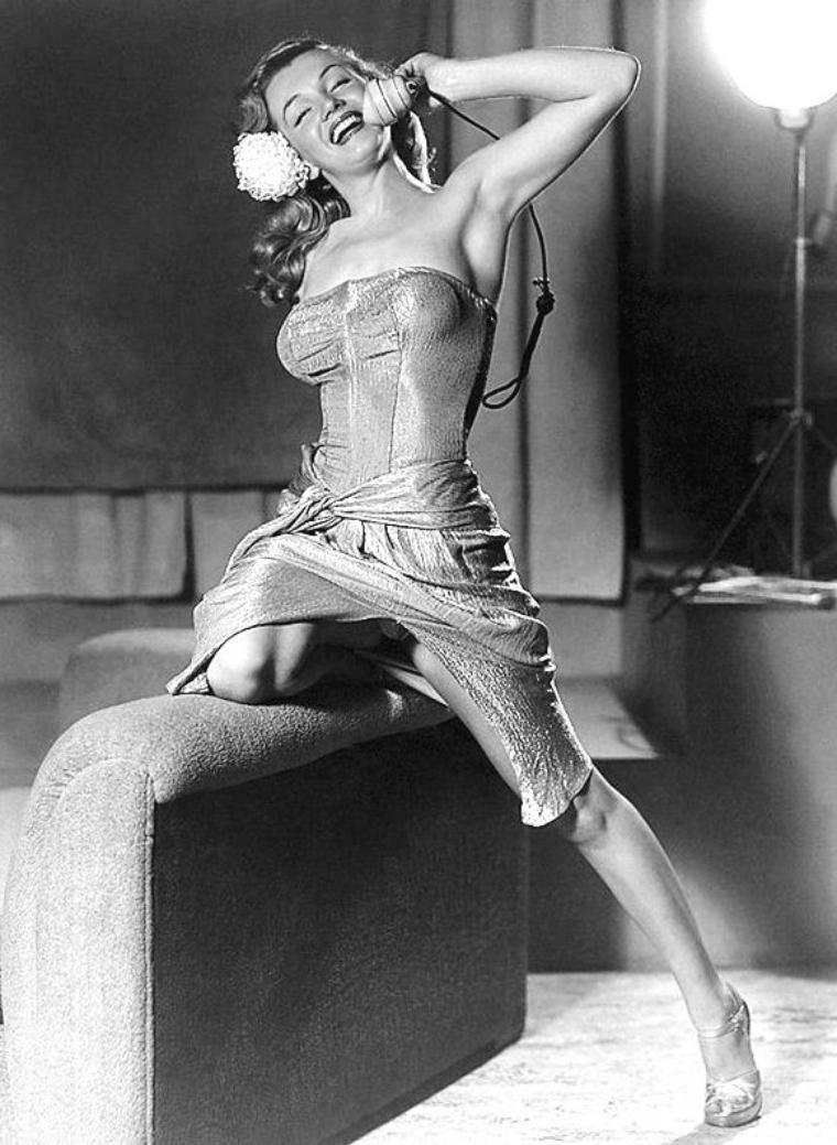 """1948 : C'est Earl MORAN qui immortalise Marilyn en pin-up, photos qui à l'époque étaient censurées. Earl MORAN ( 1893-1984) est un illustrateur de pinups et un photographe talentueux. Impossible de présenter ici toute son oeuvre. Juste un aperçu de sa collaboration avec Marilyn qui fut son modèle de 1946 à 1950. Elle appréciait son travail, estimant qui'il rendait ses jambes plus belles qu'elles n'étaient. Elle affirmait que MORAN lui avait sauvé la vie en l'embauchant à 10 dollars de l'heure. MORAN la trouvait fabuleuse. Il disait d'elle : """"Elle savait exactement quoi faire: ses mouvements, ses mains, son corps étaient tout simplement parfaits. Elle était la plus sexy. Mieux que n'importe qui d'autre. Emotionnellement, elle faisait tout à la perfection. Elle exprimait exactement ce que je voulais."""""""