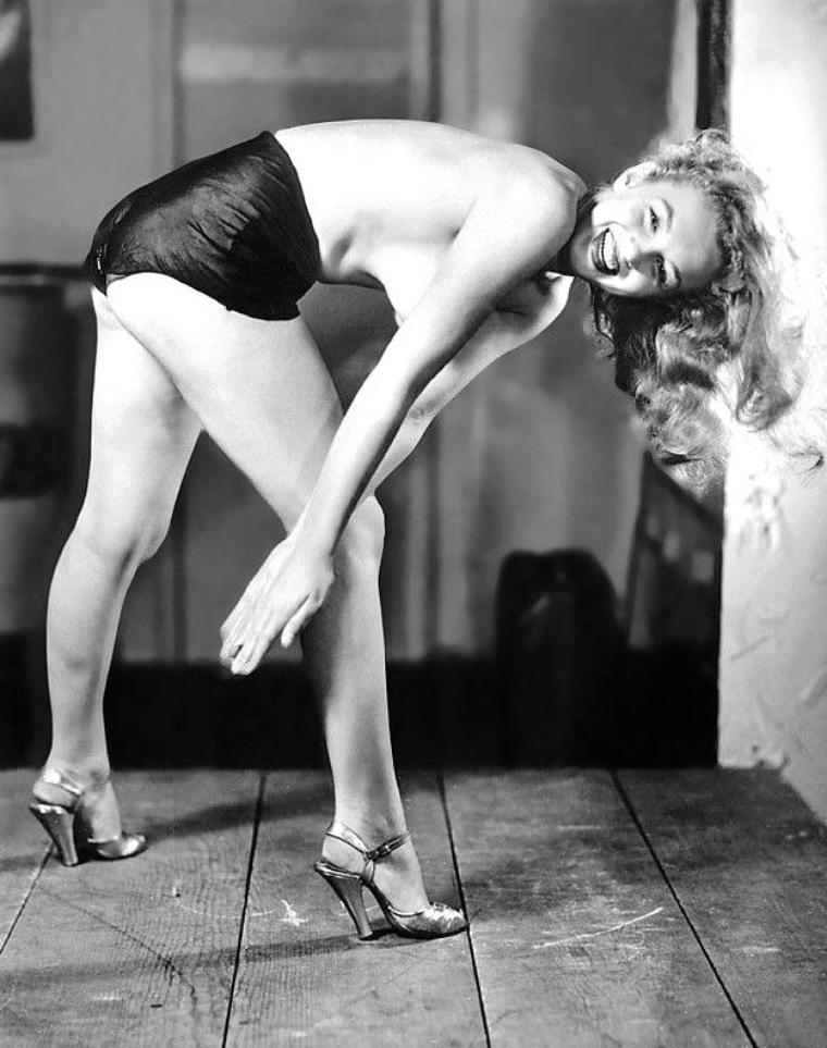 1948 : Marilyn en bikini and topless by Earl MORAN (part 2).