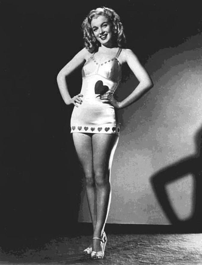 Sous l'oeil de Douglas WHITE, Marilyn prend la pose...