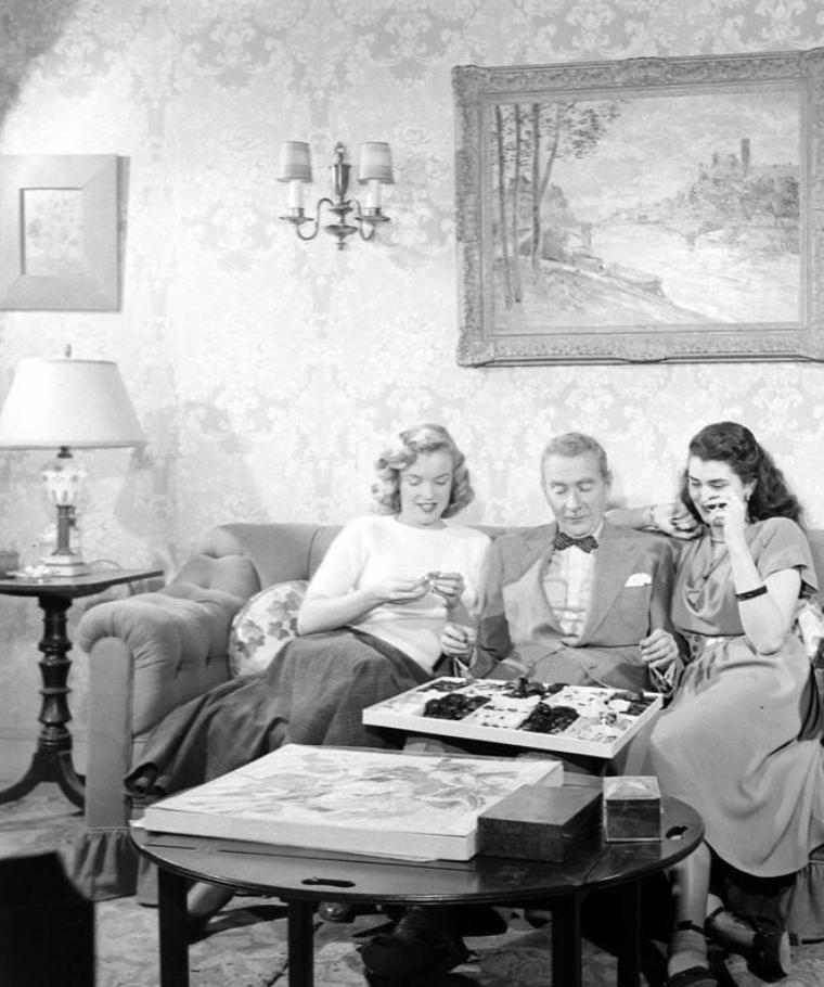 """1948 : Marilyn participant à un bout d'essai aux côtés de Clifton WEBB et Laurette LUEZ pour le film """"Sitting pretty"""" qui ne fait pas partie de sa filmographie ; il semblerait qu'elle n'ai pas été retenue pour le casting..."""