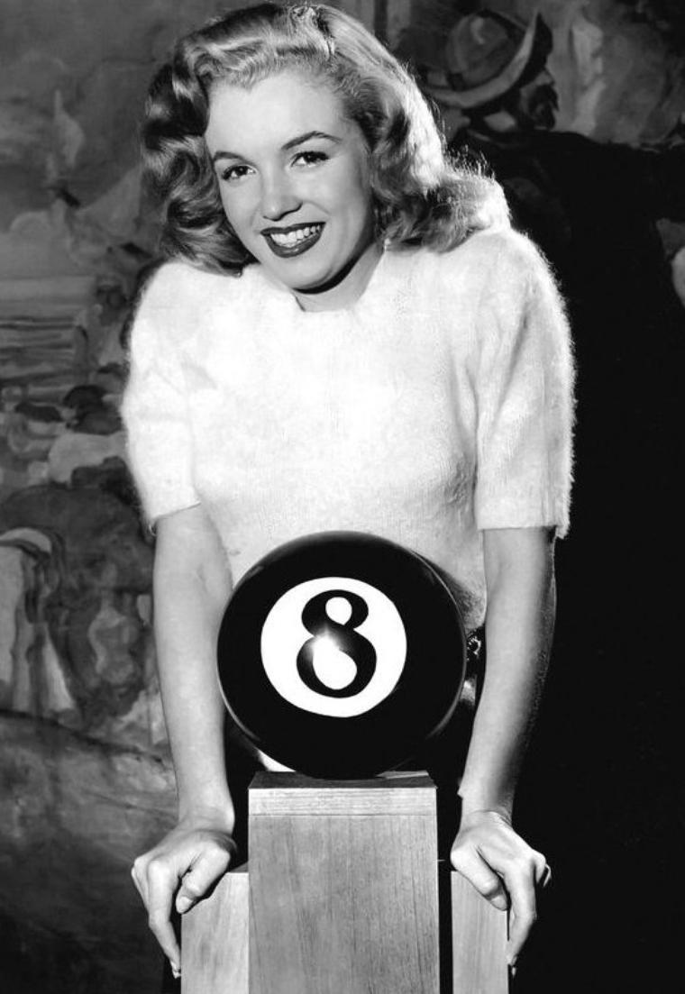 """PREMIER PRIX : en effet, Marilyn reçoit cette année le trophée de la boule de billard n°8 pour l'élection de """"Miss Press Club""""."""