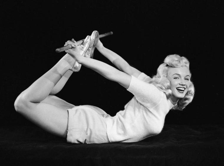 Toujours la même session que la précédente d'Ed CRONENWERTH de Marilyn faisant sa gym, mais en maillot et short.