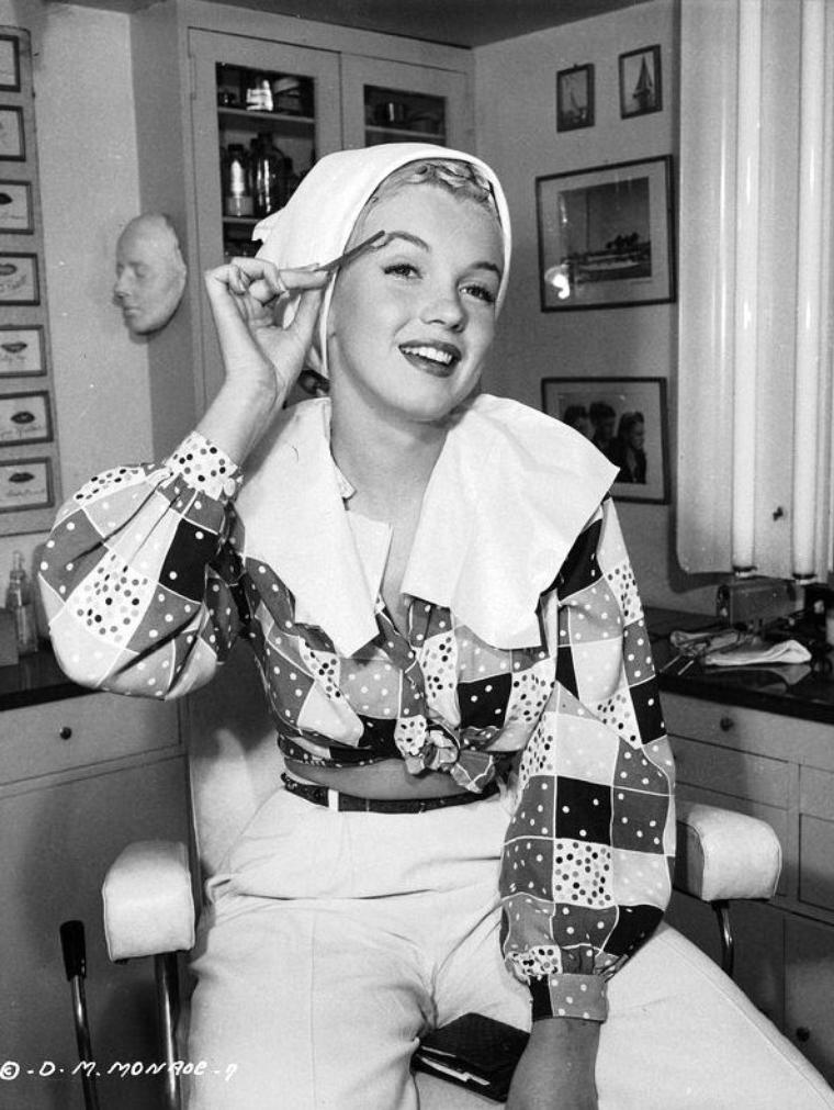 """Séance maquillage pour  Marilyn dans les studios de la Columbia avec des photos publicitaires pour le film """"Ladies of the chorus"""", toujours sous l'oeil d'Ed CRONENWERTH."""