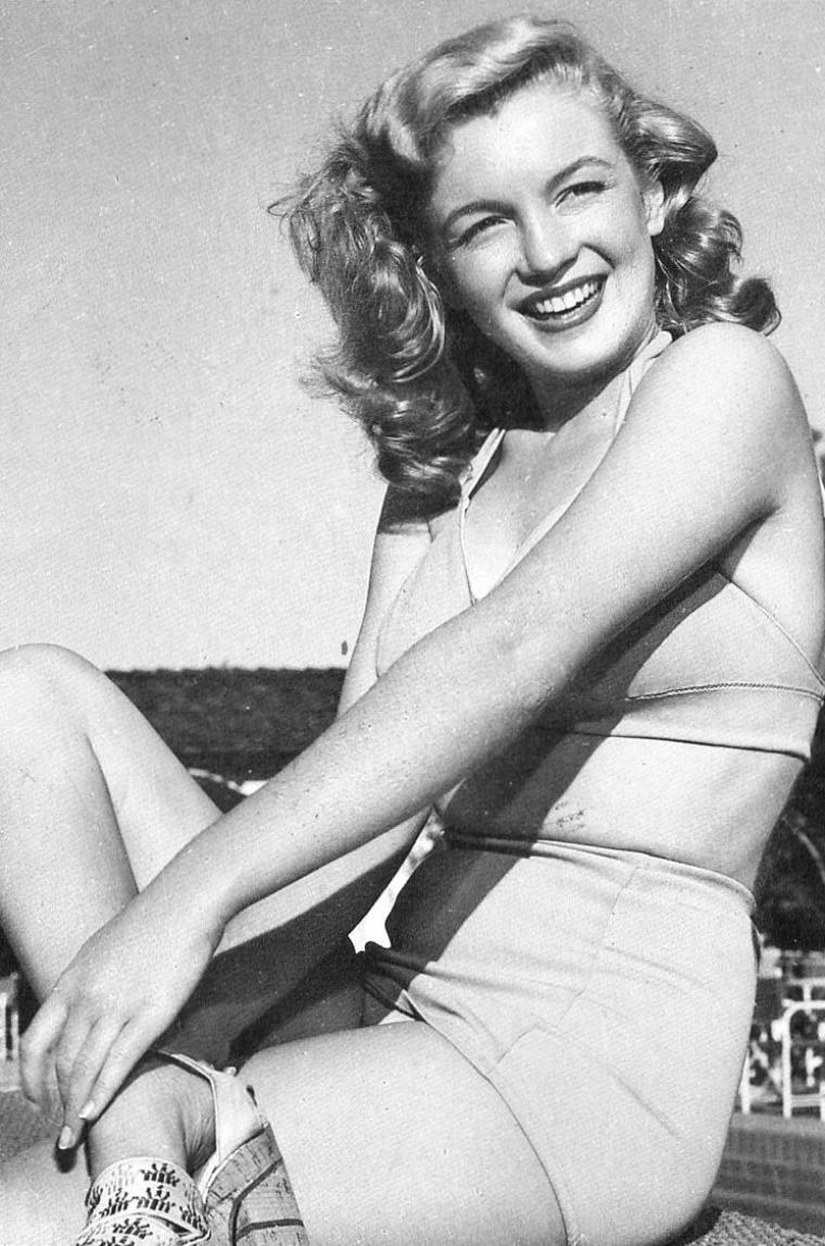 """L'adresse à la mode où toutes les célébrités de l'époque viennent séjournés, l'hôtel le """"Racquet club"""" of Palm -Springs... Marilyn tout au long de sa vie fréquentera cet hôtel. Elle y est ici photographiée par Bruno BERNARD dit Bernard of Hollywood avec lequel elle travailla auparavant alors qu'elle ne s'appelait encore que Norma Jeane (voir articles dans ce blog)."""