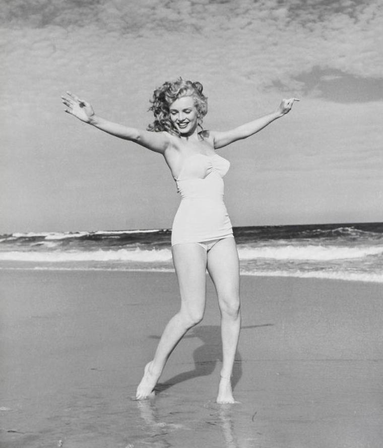 Eté 1949, Marilyn retrouve André De DIENES avec qui elle travailla alors qu'elle n'était encore que Norma Jeane, pour une session photos sur une plage de Long-Island, celle de Tobey- Beach.