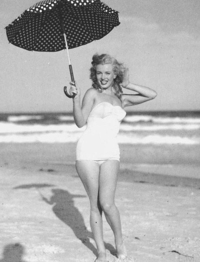 Tobey-Beach, Long-Island, été 1949 by André De DIENES (part 6) (session ombrelle à pois).