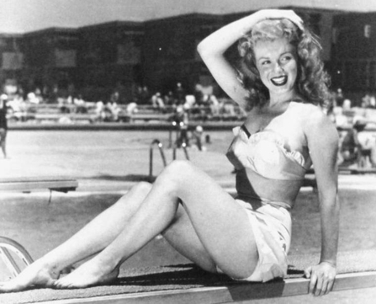 """Toujours afin de promouvoir son nouveau film """"Love Happy"""", Marilyn pose sous l'oeil d'Arthur FELLIG au bord de la piscine du """"Santa Monica Beach Hôtel""""."""