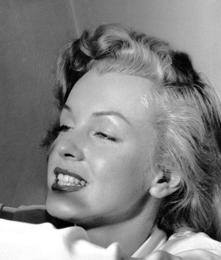 1949 : Philippe HALSMAN fait cette série de photos commandée par le magazine LIFE de Marilyn et 7 autres starlettes en leur demandant de laisser libre cours à leurs émotions afin de mettre en évidence leurs talents respectifs.