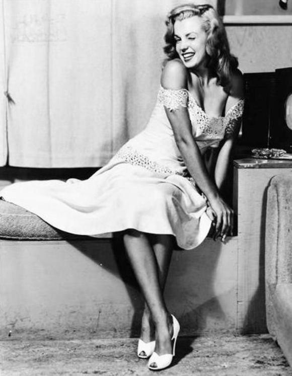 """1949 : Marilyn reprend du """"service"""" avec cette session pin-up, signée Earl MORAN, avec qui elle travailla dès 1946, alors qu'elle ne s'appelait que Norma Jeane (voir article dans ce blog)."""