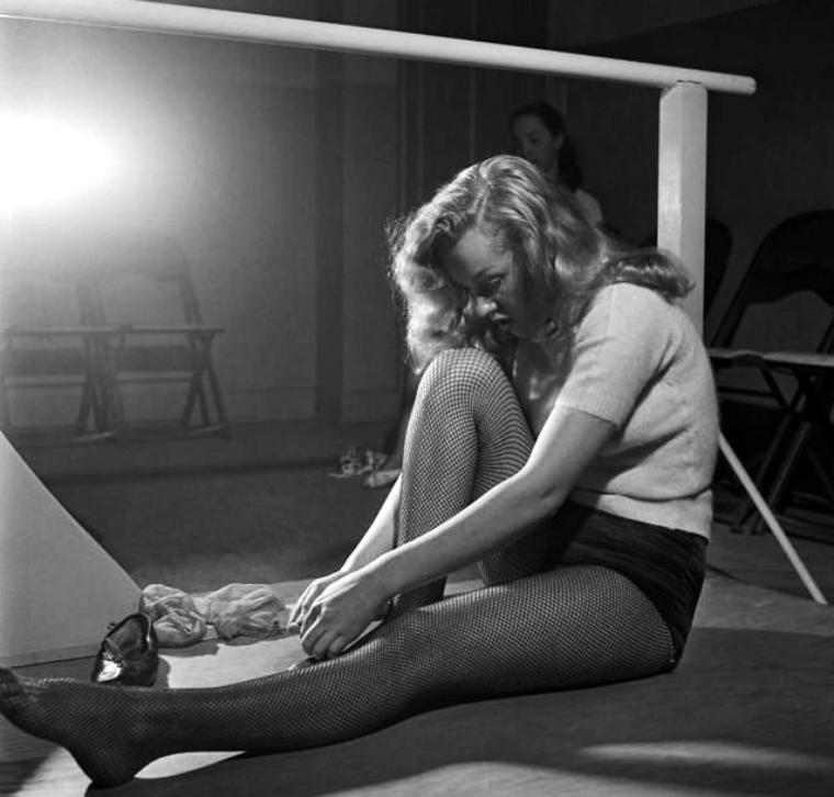 On termine cette année 1949 riche en évènements, par ces photos de J.R. EYERMAN, et Marilyn en plein cours de danse.