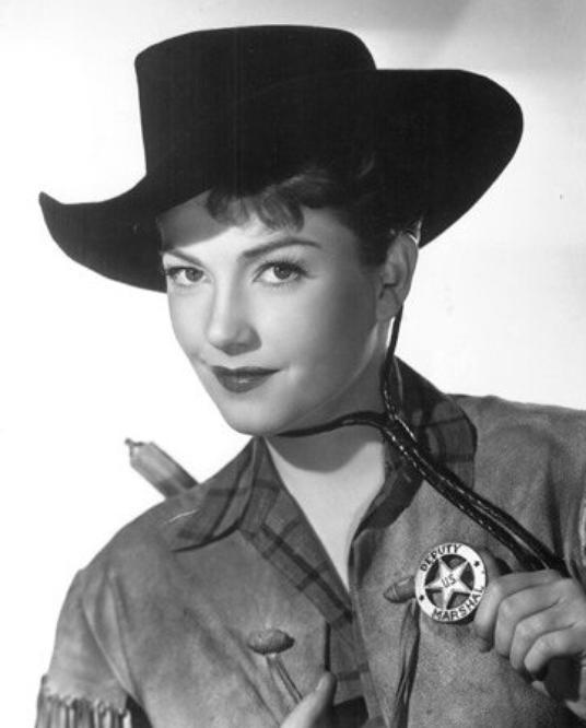 """1950 : Marilyn tourne dans """"A ticket to Tomahawk"""" (Le petit train du Far-West) de Richard SALE ; SYNOPSIS / Ce film est un pastiche de western avec une histoire compliquée des tentatives d'un propriétaire de diligence pour empêcher la voie ferrée d'atteindre Tomahawk, dans le Colorado. Dans le train voyage une troupe de danseuses parmi lesquelles Carla (Marilyn). Elle eut à faire un numéro avec Dan DAILEY et trois autres danseuses. Retour à la FOX, mais pour un film savoureux, où Marilyn n'a pas plus à faire que dans ses quatre films précédents. Une brève mais sublime apparition. On y trouve également Anne BAXTER (photo)."""