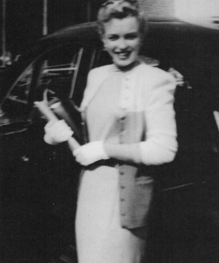 Marilyn lors d'une audition et dans sa chambre d'hôtel avec son chihuahua offert par Johnny HYDE.