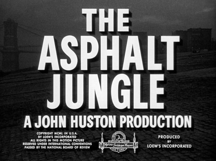 """1950 : """"The asphalt jungle"""" (Quand la ville dort) de John HUSTON ; Synopsis / « Doc » RIEDENSCHNEIDER, un cerveau du crime fraîchement sorti de prison, projette un cambriolage de bijouterie qui devrait rapporter un demi million de dollars. Il recrute le perceur Louis, le chauffeur Gus, le bailleur de fonds Emmerich et le solide Dix HANDLEY. Au début tout se passe comme prévu mais de petits incidents perturbent la mécanique du vol et chacun se révèle faillible. Marilyn y joue le personnage d'Angela PHINLAY, jeune maîtresse d'Alonzo EMMERICH (Alain dans la version française), un avocat – marié – qui s'avérera véreux et aux abois. Elle ne semble pas avoir d'activités autres que vivre dans une résidence secondaire dudit avocat et l'y attendre."""