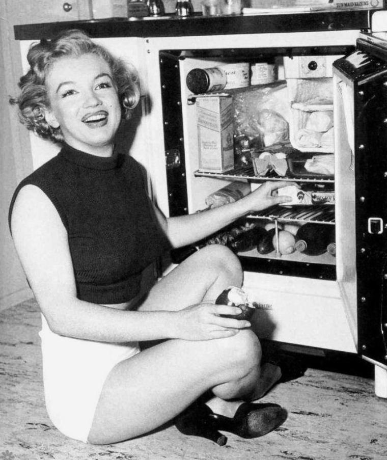 """1951 : plusieurs photos de Marilyn lors de diverses sessions, telle celle où elle pose pour la """"Saint-Valentin"""", ou alors au bord de la piscine du """"Roosevelt Hôtel"""", ou encore chez elle, ou sur la plage pour une cover."""