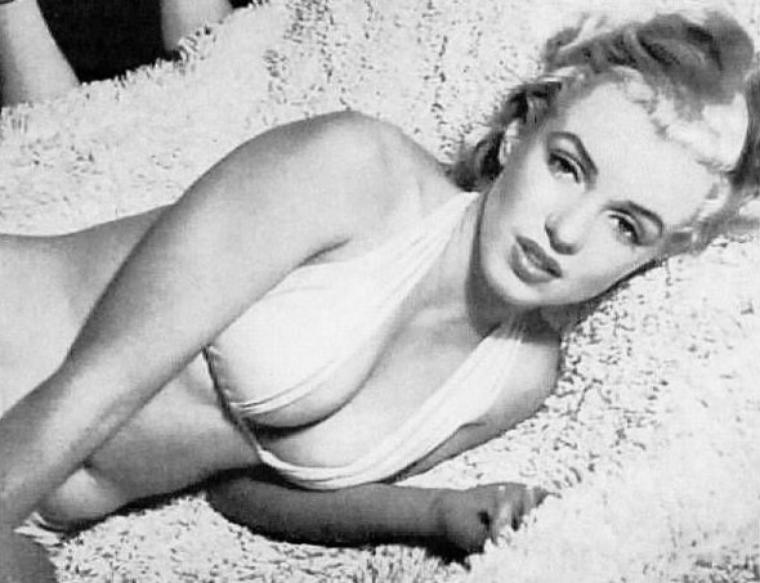 1951, Marilyn posant pour Anthony BEAUCHAMP, session bikini-studio.