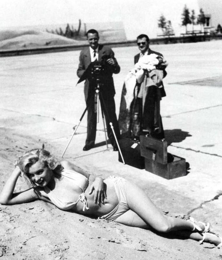 1951, c'est sur la plage cette fois-ci que Marilyn pose en bikini pour Anthony BEAUCHAMP (part 2).