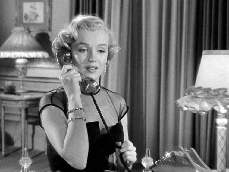 """1951 """"As young as you feel"""" (Rendez-moi ma femme) : APPARITIONS de Marilyn dans le film ; Apparition à la 16e minute, au bureau : courrier, téléphone, café pour le chef. Passage remarqué par ses collègues dans le couloir pour se rendre à la réunion des cadres où elle prend des notes du discours du (faux) président / Au country club, arrivant avec le chef du personnel, elle préfère s'en aller car elle voit que son chef est là aussi / Au téléphone (qui a appelé ? ), elle explique le soir même à son directeur que sa venue au club se justifiait par une séance de travail. """"En robe du soir ? """" / Au bureau, alors que le vrai président arrive / Toujours au bureau, alors que le directeur se fait une petite crise."""