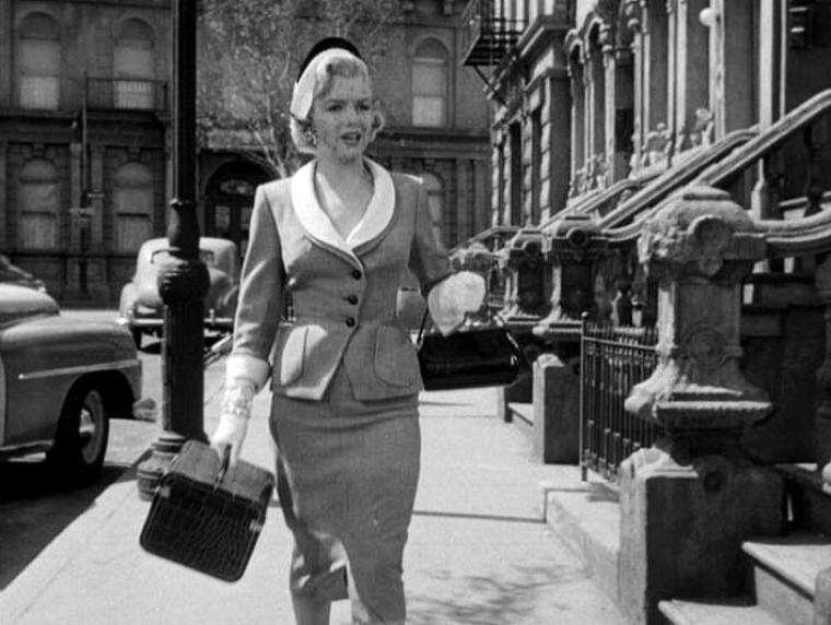 """1951 : """"Love nest"""" (Nid d'amour) de Joseph NEWMAN / Synopsis / 1946. Jim SCOTT est démobilisé et revient de Paris après la fin de la Seconde Guerre mondiale. Pendant son absence de 2ans 1/2, lui et sa femme Connie ont acheté un petit immeuble locatif à New York et vivent désormais dans l'appartement du sous-sol. Jim veut se remettre à écrire mais les problèmes techniques du bâtiment font de lui un concierge à plein temps et engagent de toute façon une charge financière trop élevée pour le jeune couple. Jim a loué à Bobby, collègue de l'armée US en France, un des appartements. Il s'avère que le Bobby en question est en fait une très belle Roberta (Marilyn), mannequin de profession, rendue à la vie civile elle aussi. La vie avec la communauté de locataires est conviviale, et même intéressante. Surtout que l'un d'entre eux, Charley PATTERSON, est un sexagénaire beau parleur et un séducteur hors pair, semblant traiter des affaires aussi fructueuses que mystérieuses. Il épouse même une voisine. Comme il ne dit pas toute la vérité, Connie commence à avoir des soupçons. Qui est vraiment M. PATTERSON ? Finalement, le pot aux roses est découvert : Charley est un escroc qui, depuis une quinzaine d'années, séduit les veuves fortunées et les fait investir dans des affaires tout en lui permettant, à lui, de bien vivre. Il va en prison, lui et Jim co-signent un livre sur son aventure de """"Barbe-Bleue"""" moderne, le livre devient un succès, Charley sort de prison et peut vivre avec la femme qu'il aime, l'immeuble ne sera finalement pas vendu : tout est bien qui finit bien."""