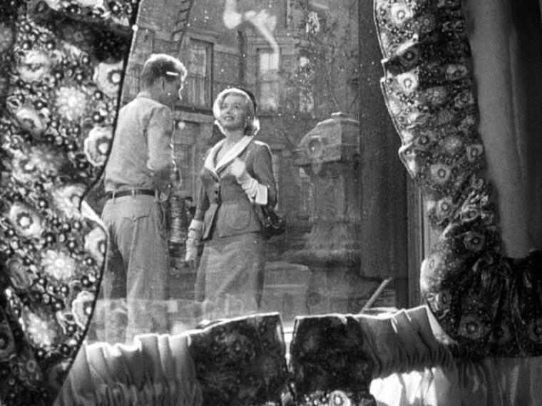 """1951 """"Love nest"""" (Nid d'amour). Marilyn n'a pas un grand rôle : on peut même dire qu'elle est un faire-valoir qui aurait pu disparaître du scénario. Sa seule fonction est d'amener un peu de piment dans l'histoire en rendant jalouse Connie qui n'est pas sûre du type de relation que Roberta a eu et peut encore avoir avec son mari Jim. Marilyn n'y a donc que peu de scènes : Elle apparaît à l'écran à la 30e minute environ pour emménager dans l'immeuble / Roberta vient remettre son loyer à Jim, ce qui permet une réplique cocasse : « It's strange giving money to a man you know » (""""C'est bizarre de payer un homme qu'on connaît"""") / Une courte scène dans un jardin où elle est couchée en bikini dans une chaise longue / Un matin, Roberta revient d'on ne sait où à son appartement. Alors qu'elle est en train de se changer, elle découvre un Jim dormant sur le sofa (il s'était disputé avec Connie, voulait dormir dans un hamac dans le jardin et avait finalement découvert que l'appartement de Bobby était vide...). Une tension de plus se crée parce que les apparences font croire à Connie que Jim et Roberta ont passé la nuit ensemble."""