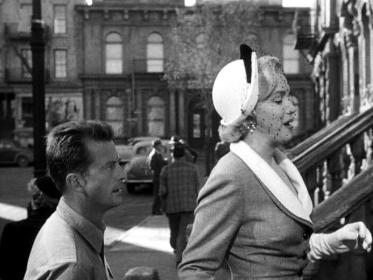 """1951, """"Love nest"""" (Nid d'amour) : CRITIQUE / """"Nid d'Amour"""" le onzième film tourné par Marilyn lui valut une audience plus large ; désormais le public la reconnaissait. Jack PAAR, son partenaire, jouait le rôle d'un avocat aux dents longues. PAAR qui, jusqu'alors, avait interprété des rôles mineurs pour le compte de la R. K. O. fit ultérieurement la preuve de ses capacités à la télévision. Le magazine """"Film Daily"""" aura comme critique : """"Peinture légère d'un inestissement réalisé par un soldat démobilisé, manoeuvré par sa femme alors qu'il servait outremer ; il place ses économies dans l'achat d'un immeuble délabré de Manhattan. """"Love Nest"""" est une aimable comédie qui doit beaucoup au talent et au savoir de Frank FAY.  Chose rare, il joue avec aisance, avec faconde et d'une manière extrêmement élaborée, prononçant toujours le mot juste au moment qu'il faut. Leatrice JOY participe également au numéro et met beaucoup de chaleur dans le personnage qu'elle incarne. Marilyn fait montre des mêmes qualités et June HAVER joue la jeune femme que le délabrement de l'immeuble qu'ils habitent inquiète et perturbe."""