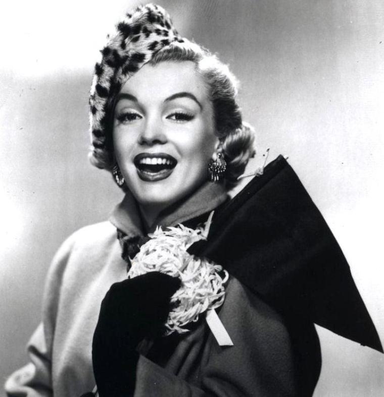 """PUBLICITES : Cette année 1951 est très riche en évènements pour Marilyn, notoriété oblige, avec à son palmarès deux nouvelles publicités ; l'une pour la marque de chaussures de luxe """"City-Club"""", la seconde pour la marque de shampoings """"Rayve"""". Le film """"Love nest"""" lui apportant un statut de STAR montante enfin reconnu."""