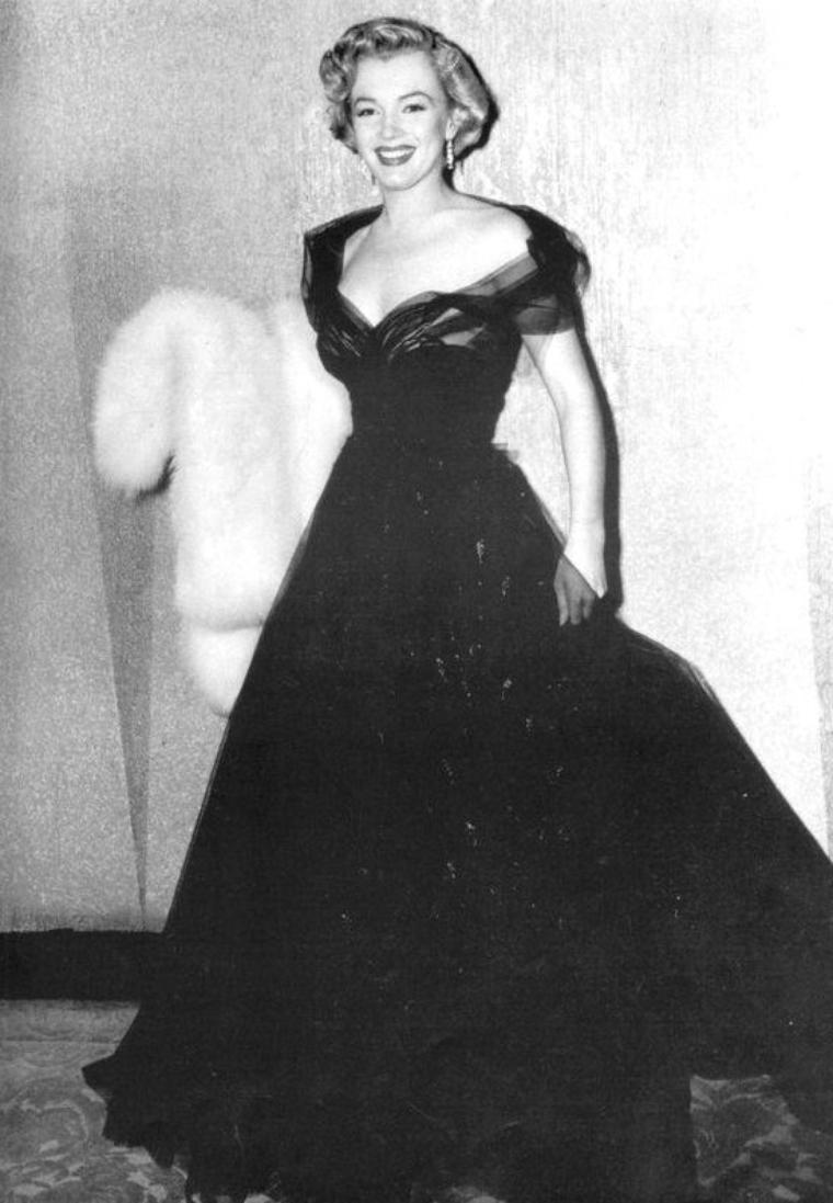 """On termine cette année 1951, avec Marilyn se rendant à la soirée des """"Academy Awards"""" (cérémonie des Oscars) afin de remettre le prix de """"meilleure prise de son"""" à Thomas MOULTON pour le film dans lequel Marilyn joua en 1950, """"All about Eve"""". Hélas, tout au long de sa carrière, Marilyn ne recevra jamais la célèbre statuette."""