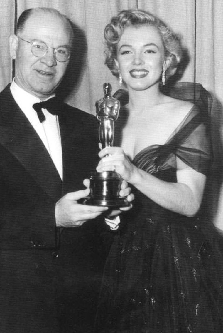 """On termine cette année 1951, avec Marilyn se rendant à la soirée des """"Academy Awards"""" (cérémonie des Oscars) afin de remettre le prix de """"meilleure prise de son"""" à Thomas MOULTON pour le film dans lequel Marilyn joua en 1950, """"All about Eve"""". Hélas, tout au long de sa carrière, Marilyn ne recevra jamais la célèbre statuette (part 2)."""